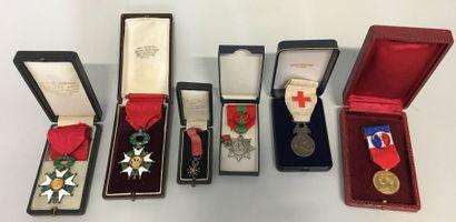 Lot comprenant  1) Deux croix de la Légion...