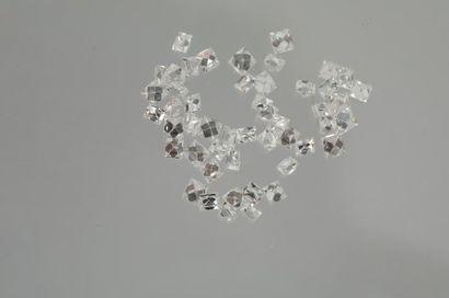 Lot de 49 diamants taille carrée sur papier...