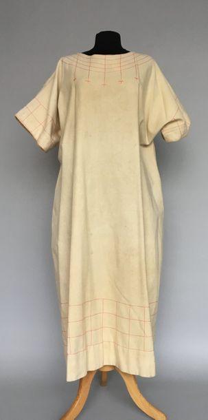 Large Robe chasuble en lainage ivoire surpiqué...