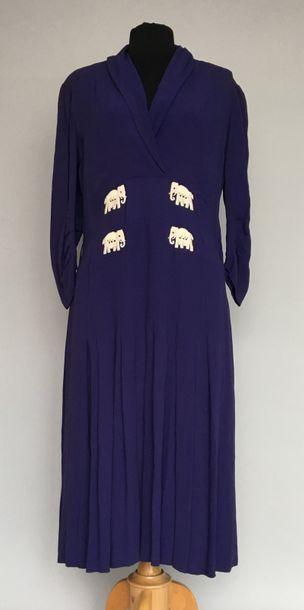 Robe en crêpe bleu nuit brodée de 4 motifs...
