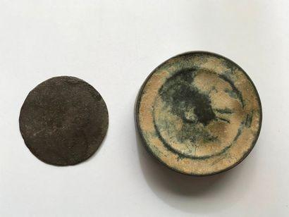 Miroir et boîte. Epoque romaine. Bronze.