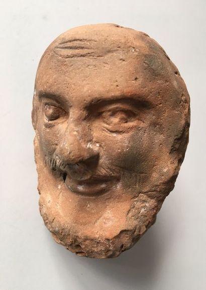 Tête barbue style gréco-romain. Terre cuite....