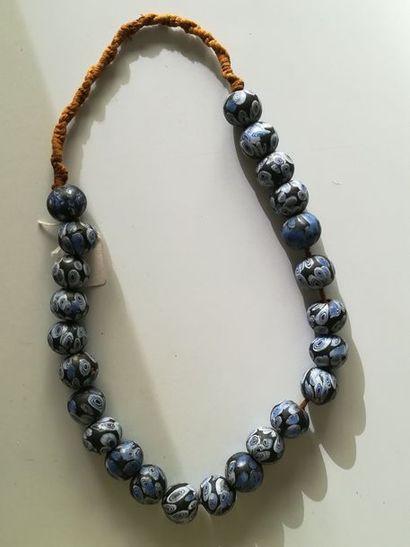 Beau collier ethnique. L : 28 cm. Perles...