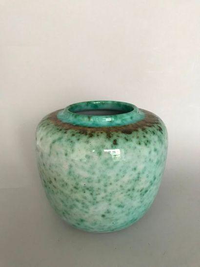ELCHINGER & Fils  Vase en céramique céladon...