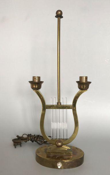 Petite lampe lyre en laton doré et cordes...