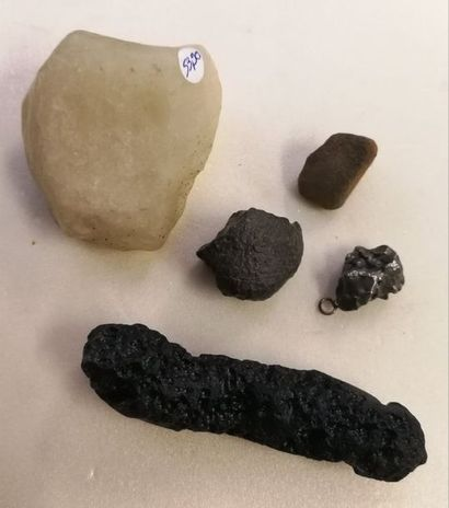 Un lot comprenant différentes météorites...