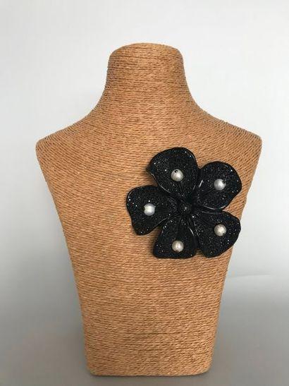 VALENTINO  Broche fleur en résine noire et...
