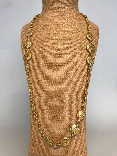CHANEL  Sautoir en métal doré orné de pastilles...