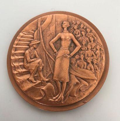 CHANEL  Médaille Coco Chanel en bronze patiné...