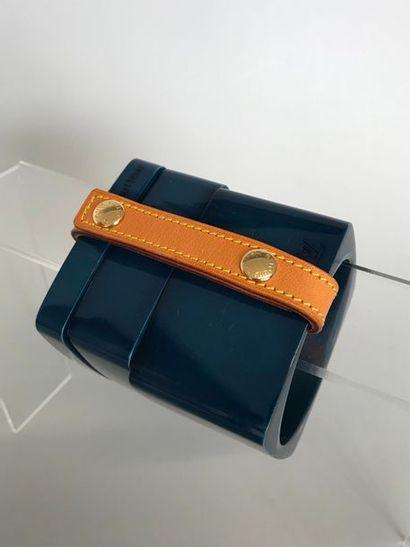 LOUIS VUITTON  3 Bracelets de bakélite bleu...