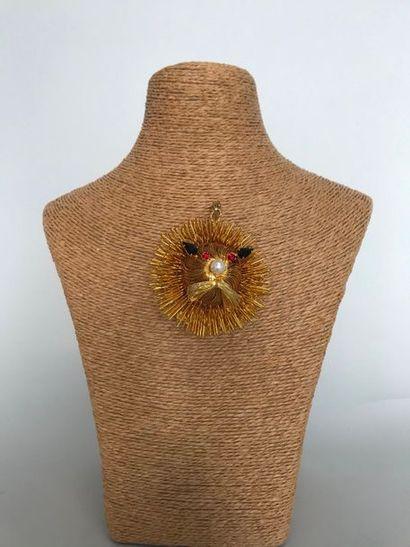 Pendentif tête de lion en métal doré orné...