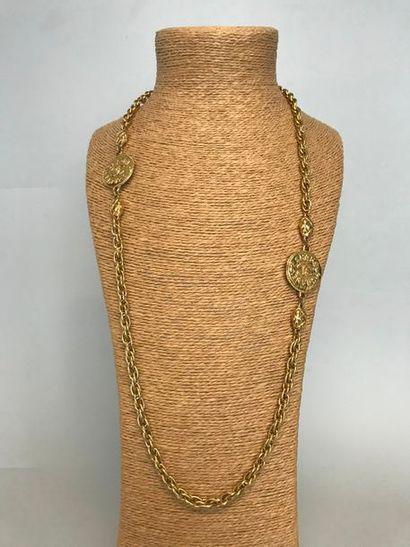 CHANEL  Sautoir en métal doré à mailles croisées...