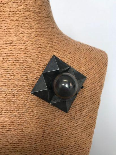 Broche carrée pyramides en métal noirçi centrée...