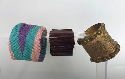 Bracelet manchette en métal doré guilloché...