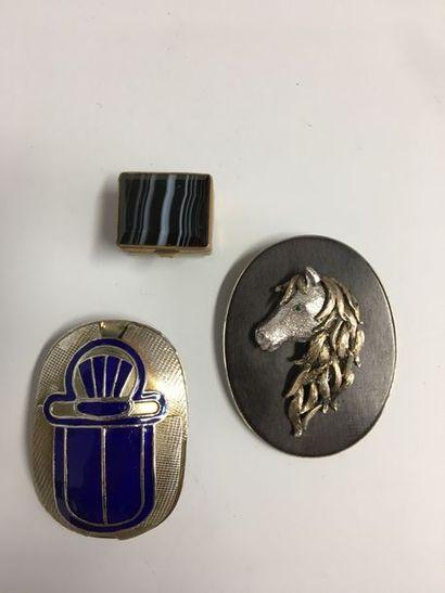 Lot comprenant : Pendentif en métal argenté...