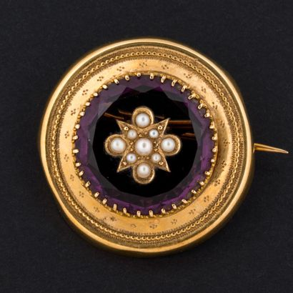 Broche pierre violette et demi-perles, monture...