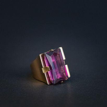 Importante chevalière pierre violette , monture...