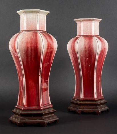 Paire de vases en porcelaine de forme hexagonale,...
