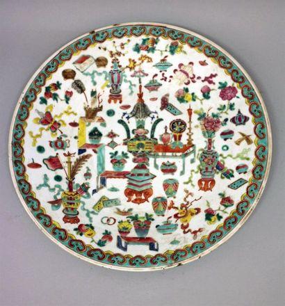 Grand plat en porcelaine polychrome de la...
