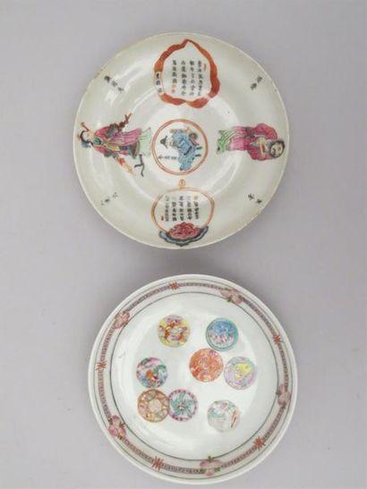 Deux coupes en porcelaine polychrome de famille...