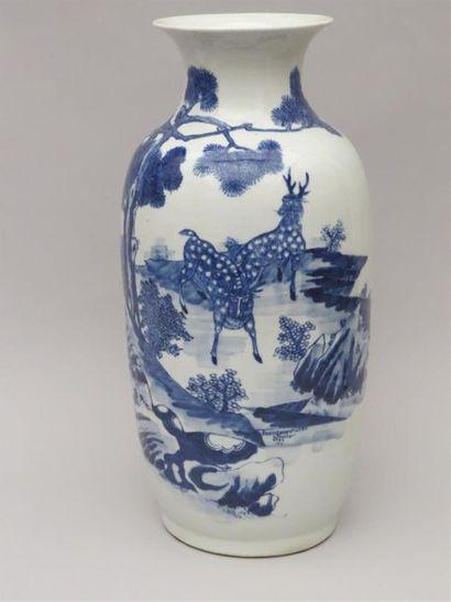 Vase balustre en porcelaine blanche à découverte...