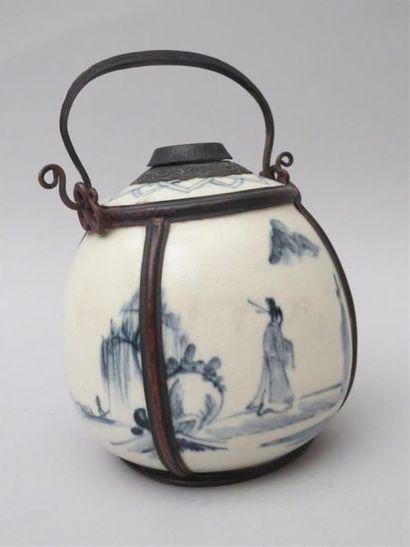 Pipe à eau ovoîde en porcelaine craquelée...