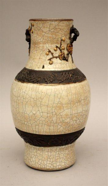 Vase en porcelaine craquelée. Nankin, Chine...