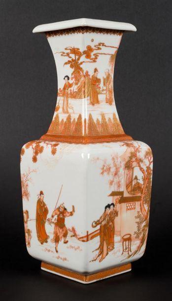 Vase en porcelaine de forme quadrangulaire...