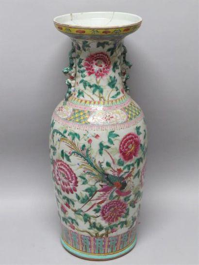 Important vase en porcelaine polychrome à...