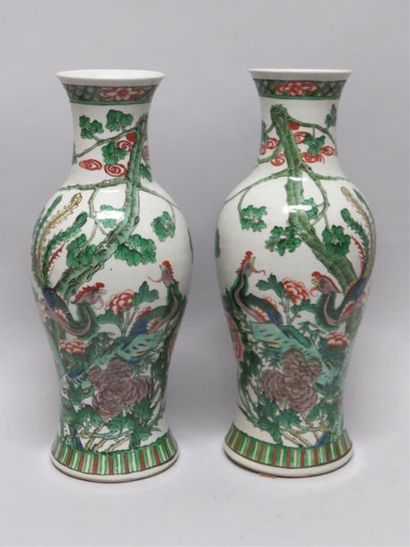 Paire de vases balustres en porcelaine dans...