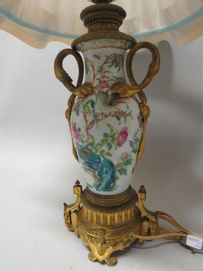 Vase en porcelaine polychrome à décor de...