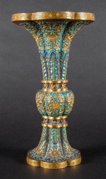 Vase de forme Gu en bronze doré et émaux...