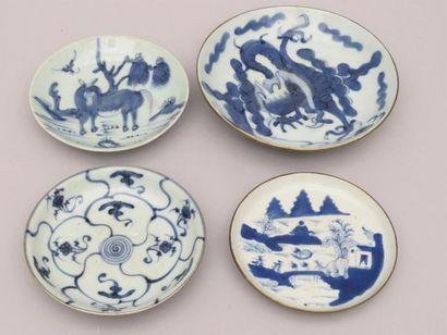 Lot de trois coupelles en porcelaine bleu-blanc....