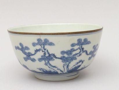 Bol en porcelaine blanc-bleu à décor d'arbres...