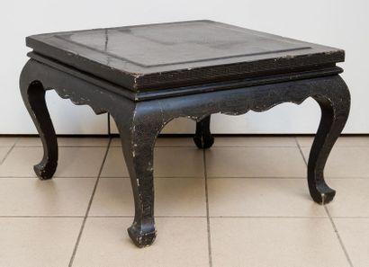 Table basse en bois laqué. Plateau à décor...