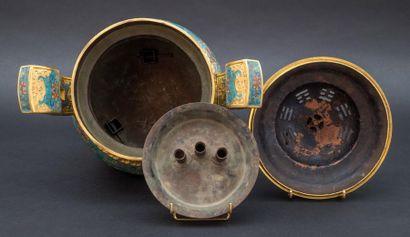 """Brûle-parfum """" Ding """" en émaux cloisonnés polychromes sur bronze, reposant sur trois..."""