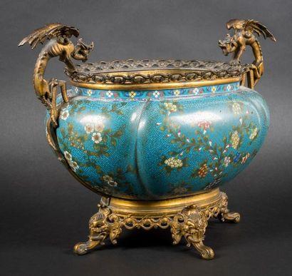 Cache-pot de forme cotelée en bronze et émaux...