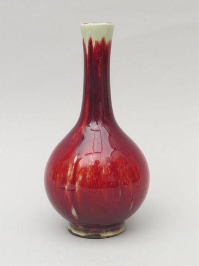 Vase en porcelaine sang de boeuf à coulures...