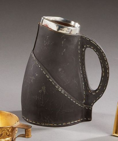 DOULTON  Pot à eau en faïence à l'imitation...
