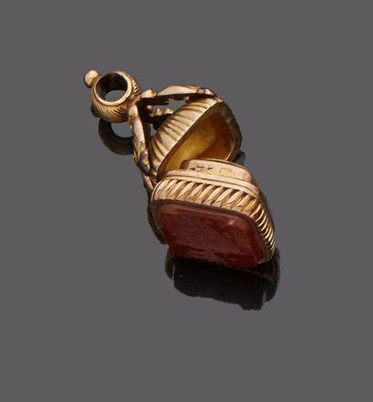 Cachet pendentif en or jaune (bas titre)...