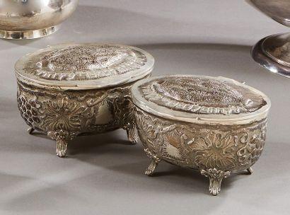 Deux boîtes couvertes en argent à décor au...
