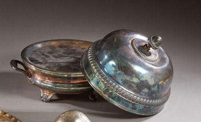 Un réchaud et une cloche en métal argenté...