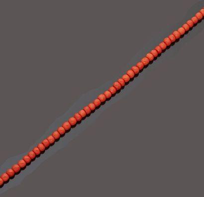 Collier de perles de corail rouge facettées...