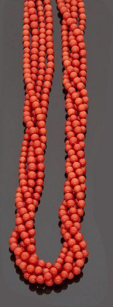 Collier à quatre rangs de perles de corail...