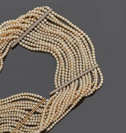 Collier de perles ras de cou à 16 rangs alternés...