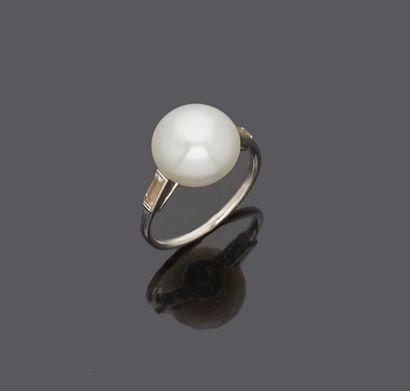 Bague en platine sertie d'une perle fine...