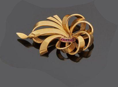 Broche en or jaune (18k) de forme volute,...