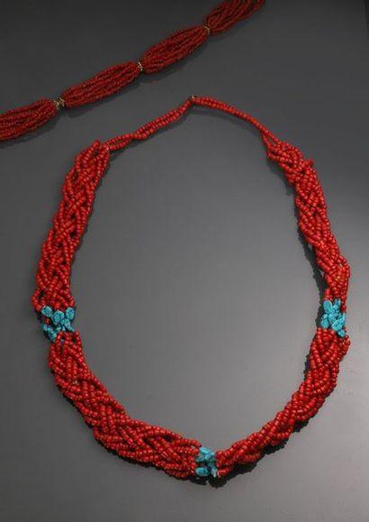 Deux colliers de perles de corail rouge et...