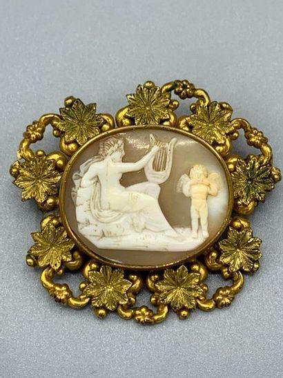 Broche en métal doré ornée d'un camée coquille...