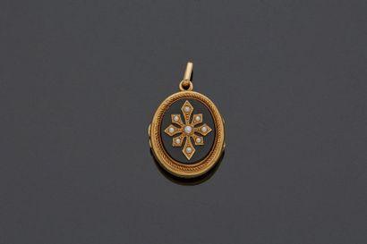 Pendentif reliquaire ovale en or jaune 18...